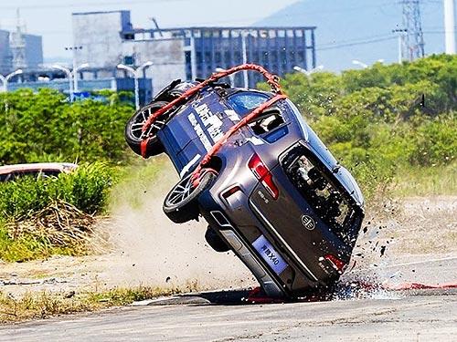 FAW провел уникальный краш-тест, сбросив авто с вертолета