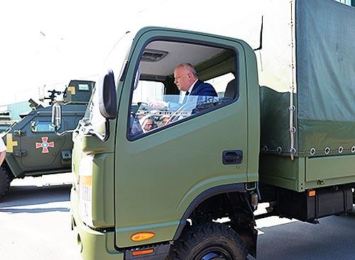 Первый вице-премьер-министр Украины Степан Кубив протестировал технику автозавода «Богдан Моторс» - Богдан