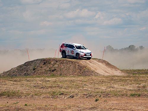На что способны серийные Mitsubishi, если за рулем 2-кратный победитель Дакара - Mitsubishi