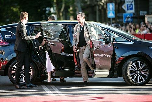 8 лет на одной волне: 24 автомобиля Renault возили гостей на Одесском кинофестивале - Renault