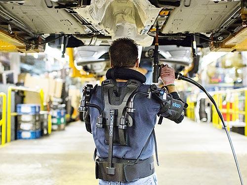Ford внедрил экзоскелеты для рабочих на конвейере