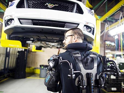Ford оснастил рабочих конвейера экзоскелетами