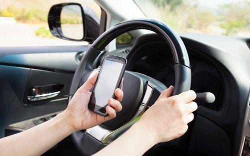 В МВД хотят увеличить штрафы за разговор по телефону за рулем - штраф
