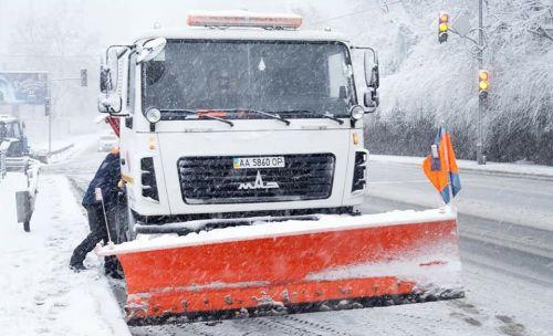 В Киеве снег убирают более 670 единиц техники