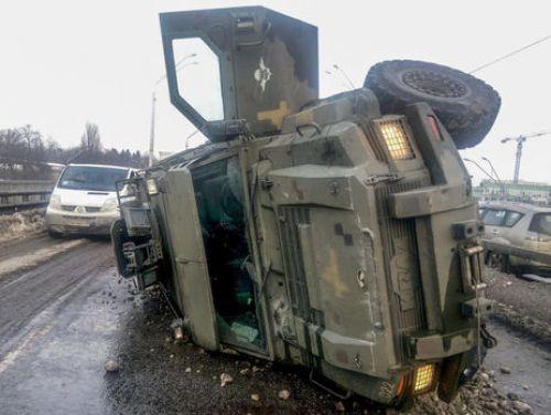 Небоевые потери: Kraz Spartan попал в нелепое ДТП прямо в Киеве