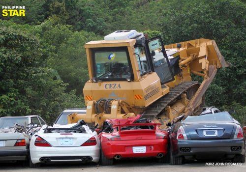 На Филиппинах уже уничтожили бульдозером 841 контрабандный автомобиль