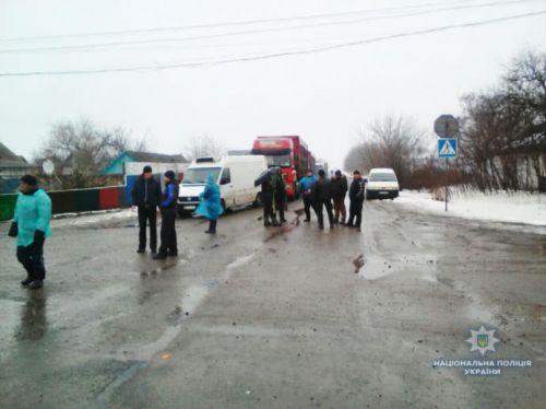 В регионах жители блокируют дороги, требуя ремонта