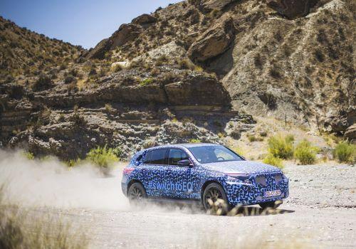 Mercedes-Benz показал финальные тесты электрического кроссовера EQC