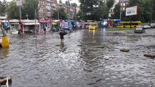 Затопило некоторые районы Киева. Фото