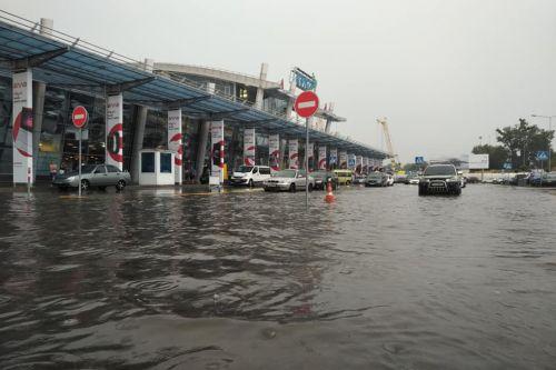 Затопило некоторые районы Киева. Фото - утопленник