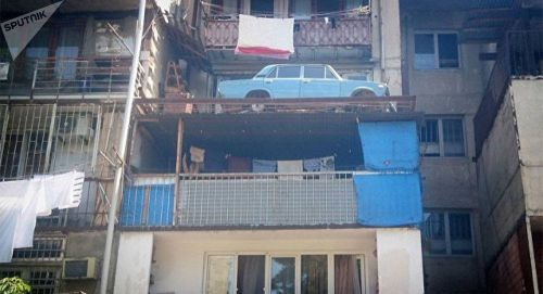 Забытый на балконе: Новенький ВАЗ-2106 27 лет простоял на балконе многоэтажки