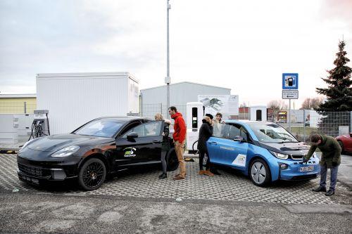BMW и Porsche представили сверхбыструю электрозарядку, которая обеспечит за 3 минуты пробег на 100 км