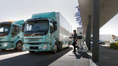 Volvo Trucks начала поставки электрических грузовиков клиентам