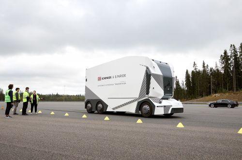 Первый пошел: В Швеции на дорогах стартовали испытания беспилотного грузовика