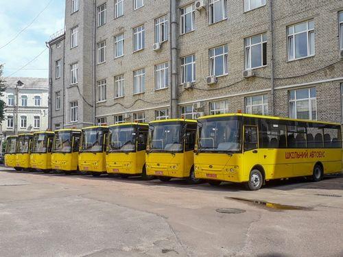 «Богдан» досрочно поставил 20 школьных автобусов в Житомирскую область