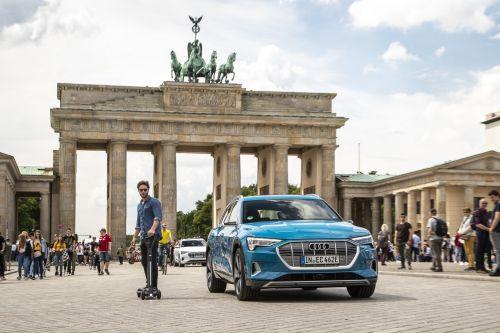 Уже второй автопроизводитель ввел в комплектацию авто электросамокат
