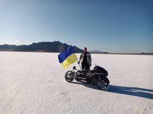 Украинский мотогонщик попал в аварию во время попытки установить рекорд