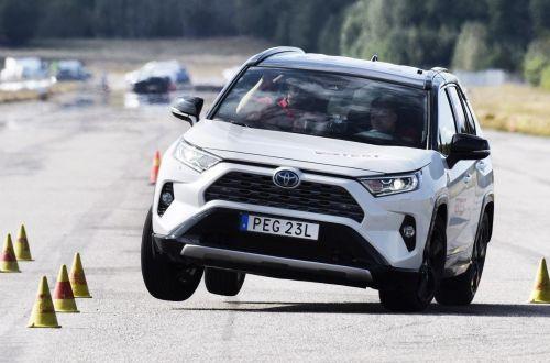 """Вокруг Toyota RAV4 раздувается """"лосиный"""" скандал"""