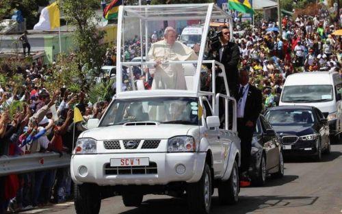 Папа Римский отказался от лимузинов в пользу простого пикапа