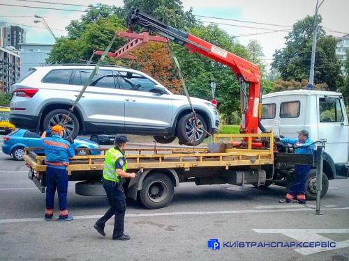 Киевтранспарксервис отчитался о сотнях эвакуированных авто с улиц Киева