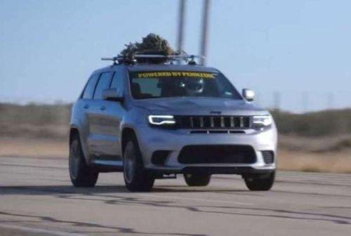 Автомобиль для Санты: Jeep Grand Cherokee установил рекорд скорости с елкой на крыше