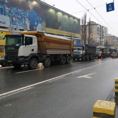 Какие грузовики тестировали надежность Шулявского моста. Фото