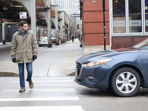 Верховный суд трактовал: нужно ли водителю пропускать пешехода, если он не ступил на зебру