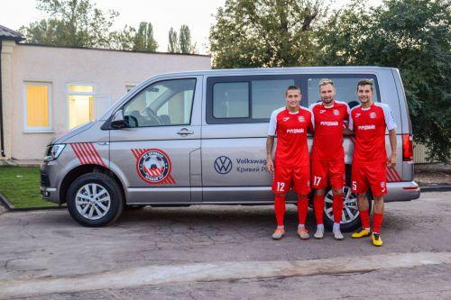 """Возрожденная футбольная команда """"Кривбасс"""" получила в подарок Volkswagen Caravelle"""