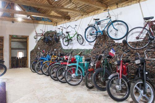 Недалеко от Львова обнаружили огромную коллекцию ретро мотоциклов