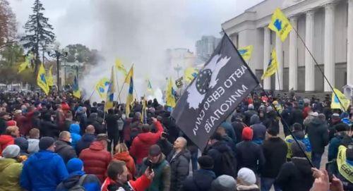 """Протест """"евробляхеров"""" под Верховной Радой продолжаются. В ход пошли дымовые шашки и крепкие слова"""