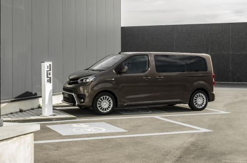 Toyota начнет продажи в Европе электрических Toyota ProAce Verso