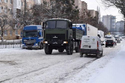 Национальная Гвардия вывела свою технику для эвакуации застрявших грузовиков