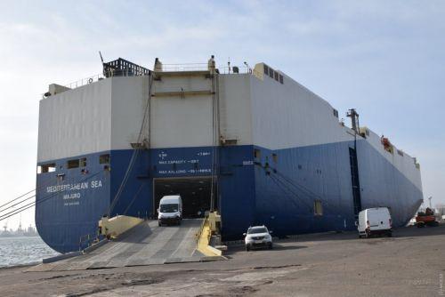 В порт «Черноморск» прибыло огромное судно-автомобилевоз