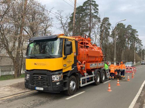 Киевавтодор начал использовать новый спецавтомобиль для прочистки ливневой канализации на дорогах