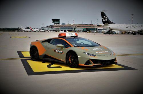В аэропорту Болоньи автомобилем сопровождения стал Lamborghini Huracan