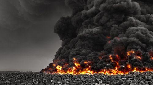 В Кувейте горит самая большая в мире свалка автомобильных шин