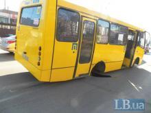 В Киеве у маршрутки на ходу отвалились колеса. Фото