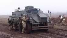 Броневики Saxon решили использовать как эвакуационный транспорт с поля боя. Фото