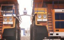 Белорусский каскадер повторил трюк Ван Дамма на грузовиках БелАЗ (Видео) - Ван Дамм