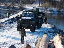 Как армейские КрАЗы помогают строить мост. Фото
