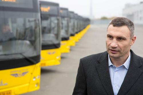 Виталий Кличко в детстве мечтал быть водителем автобуса. Фото - МАЗ