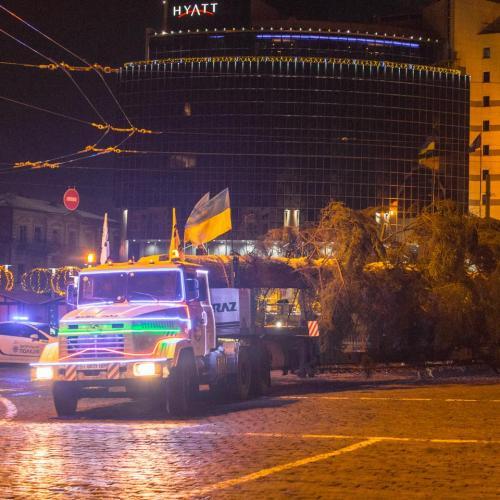 С приключениями, но КрАЗ все-таки доставил главную ёлку страны в Киев