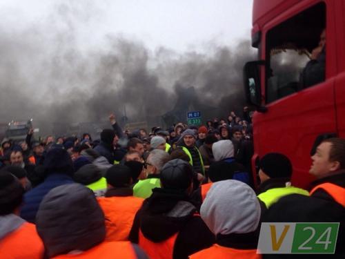 """Дальнобойщики пытаются прорываться через пикеты """"евробляхеров"""" на границе"""