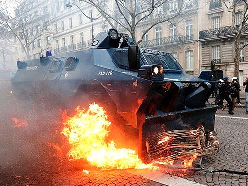 С помощью какой полицейской спецтехники разгоняют протесты в Париже