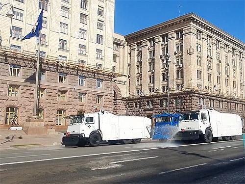 Киев начали дезинфицировать полицейскими водометами. Видео