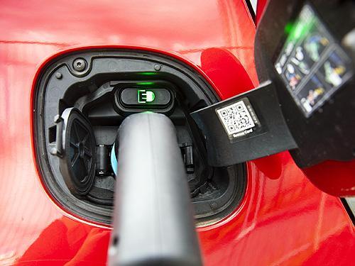 Как дешевеют подержанные электромобили. Сравниваем динамику падения цены на электрокары и авто с ДВС
