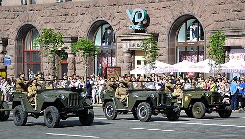 Парад Победы в Киеве спасли реконструкторы - войны