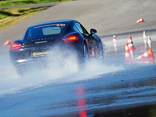 В Continental исследовали как меняется тормозной путь на мокрой дороге