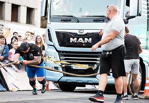 Сильнейшие люди страны соревновались с 8-тонным грузовиком MAN - MAN