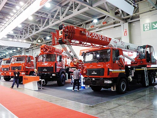 МАЗ представил уникальный подъемник и 32-тонный автокран